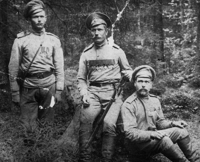 Щетинкин ( в центре) с однополчанами, 1915 г.