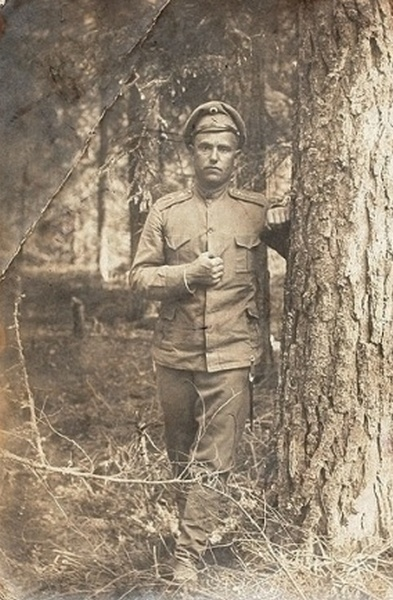 Фото классного чиновника 11-го саперного батальона с офицерским кортиком. 1916 год.