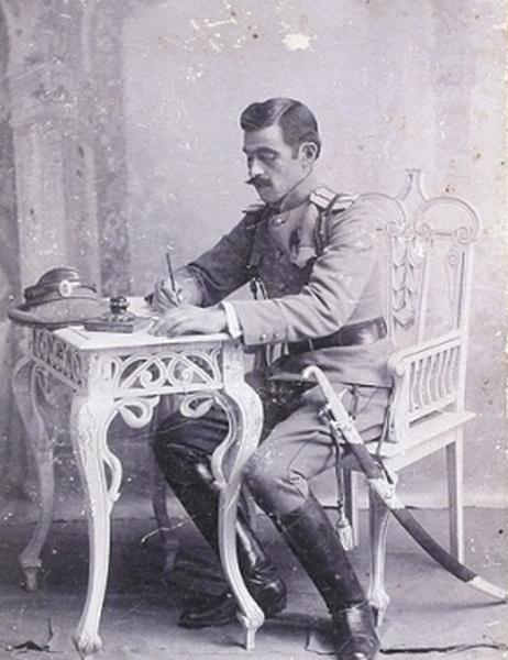 Фото офицера - адъютанта одного из гвардейских казачьих полков с богато украшенным клычом на поясе. На картонном паспорту. 1910-е годы.