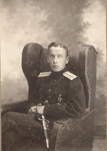 Фото поручика 32-го стрелкового Сибирского полка с кортиком. Наклеено на картонное паспарту. 1917