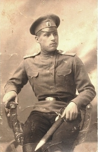 Фото юнкера Виленского военного училища с тесаком, на рукояти которого повязан офицерский темляк. 1910-е годы.