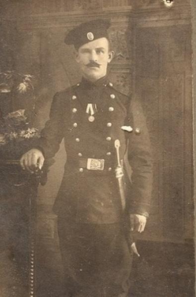 артиллериста, вооруженного бебутом, с медалью 300 лет дому Романовых