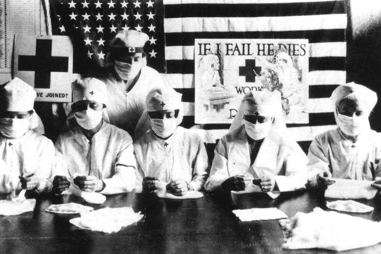 """Volontaires de la Croix Rouge luttant contre l'epidemie de grippe espagnole aux Etats Unis en 1918. Le nom de """" grippe espagnole """" provient du fait que l'Espagne est le seul pays a avoir publie librement des informations relatives a ce fleau. Il sevit sur l'ensemble du monde et fit plus de 30 millions de morts. Le virus aurait d'abord atteint les USA par le biais d'un bataillon americain de retour de Chine (ou il aurait contracte un 1er virus qui muta en virus de la grippe espagnole) sur une base pres de Boston (1ers cas mortels au printemps 1918). La maladie se repandit dans le reste du monde, en particulier l'Europe, par le biais des mouvements des troupes alliees pendant la guerre --  Red Cross volunteers fighting against the spanish flu epidemy in United States in 1918"""